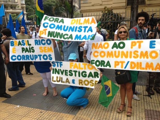Manifestantes se reúnem na Praça da República (Foto: Márcio Pinho/G1)