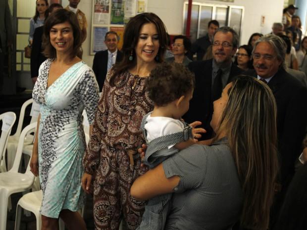 A princesa da Dinamarca, Mary, conheceu o banco de leite materno em companhia da atriz Maria Paula (Foto: Pilar Olivares/ Reuters)