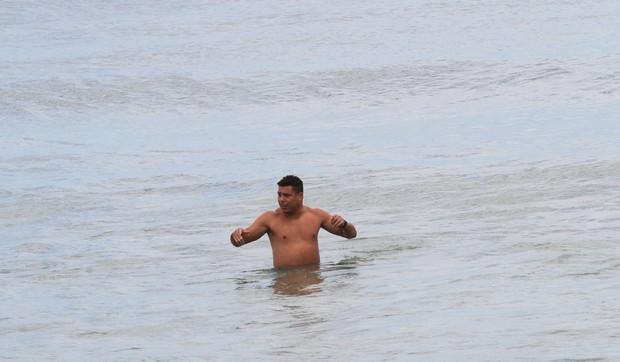 Ronaldo na praia (Foto: Wallace Barbosa / AgNews)
