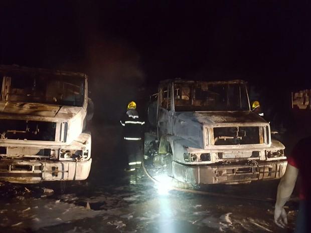Bombeiros contiveram incêndio com auxílio de espuma especial, nos quatro caminhões-tanque que pegaram fogo na madrugada desta segunda-feira (02), em frente ao pátio da Petrobrás em Uberlândia (Foto: Grazielle Ferreira/Arquivo Pessoal)