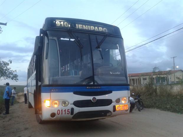 Após arrastão, assaltantes tentaram incendiar ônibus no distrito do Jenipapo, em Campina Grande (Foto: Taiguara Rangel/G1)