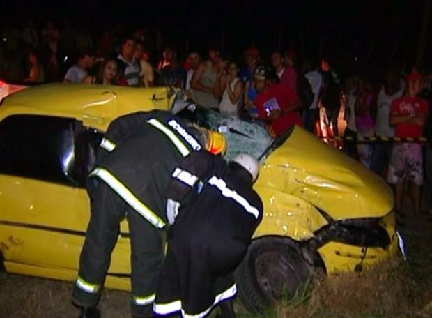 Carro envolvido em acidente com transporte escolar no Norte do Espírito Santo (Foto: Reprodução/ TV Gazeta)