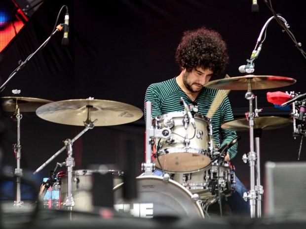 Alexis Nunez toca sua bateria durante a apresentação do Kooks no palco Onix (Foto: Marcelo Brandt/G1)