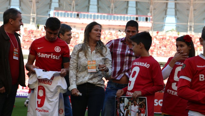 00a5658f3df90 Esposa de Fernandão ao lado dos filhos e do meia Alex (Foto  Diego Guichard