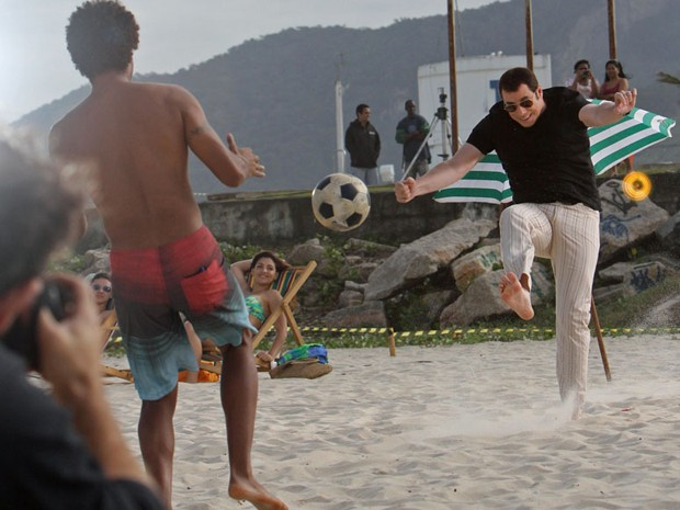 John Travolta grava comercial nesta quarta-feira (10) na praia no Recreio dos Bandeirantes, na Zona Oeste do Rio (Foto: Márcio Honorato/Honopix/Estadão Conteúdo)