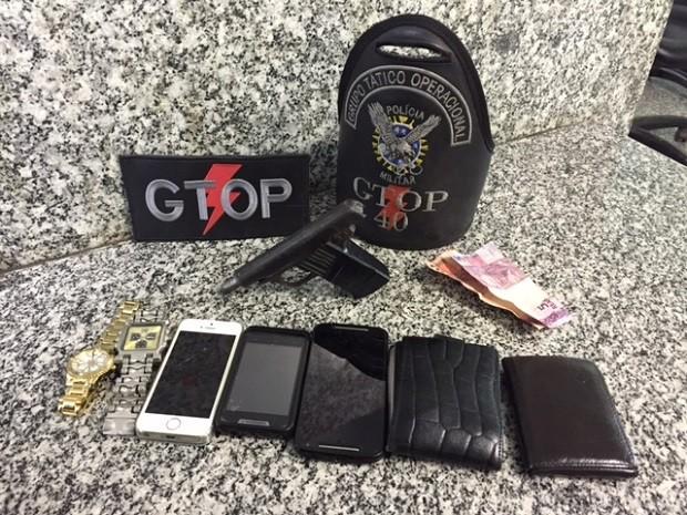 Relógios, celulares e carteiras apreendidos com suspeito de roubar farmácia no DF (Foto: Polícia Militar/Divulgação)