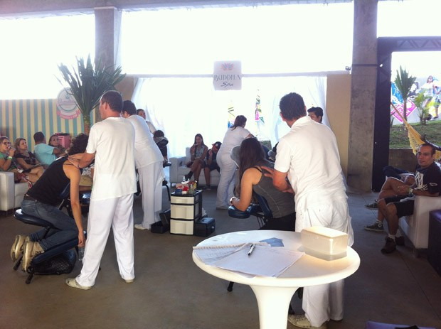 VIPs recebem massagem no Lolla Lounge (Foto: G1)
