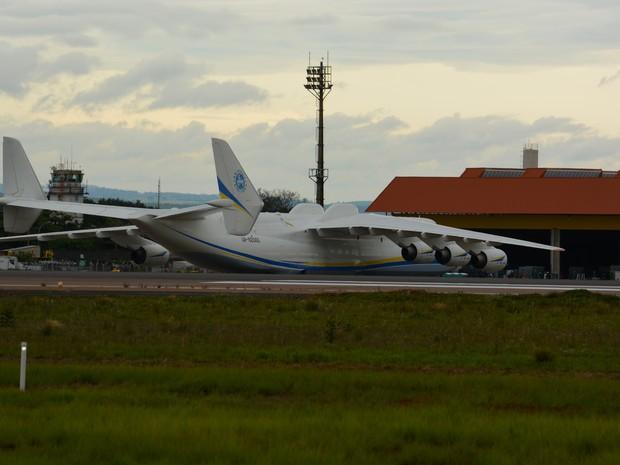 Antonov chegando no hangar (Foto: Roberta Steganha/ G1)