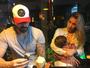 Adriana Sant'Anna amamenta o filho  em restaurante japonês