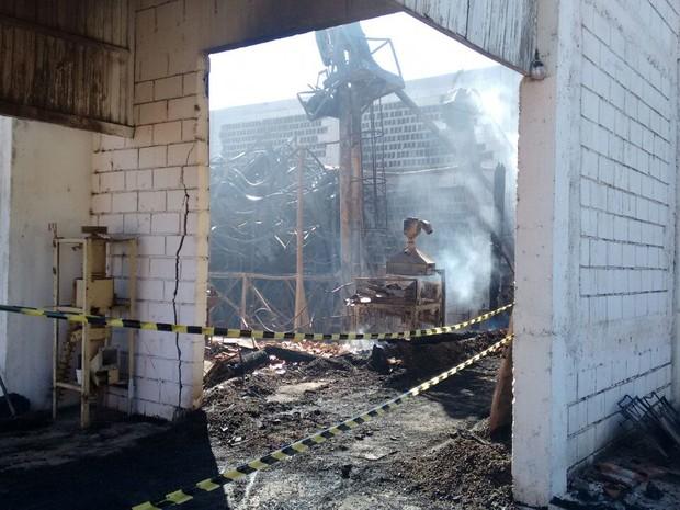 Incêndio atinge galpão e queima sacas de café em Três Pontas (Foto: Ernane Fiuza/EPTV)