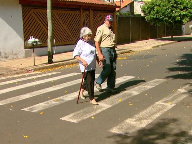 Uso de bengala traz mais segurança e firmeza ao caminhar (Foto: Wilson Aiello/EPTV)