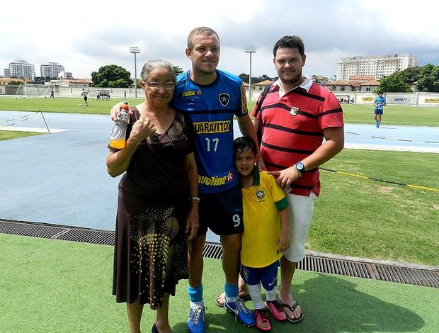 Marcelo Mattos com a tia Alice, o filgo Antônio e o cunhado Eduardo (Foto: Raphael Bózeo)