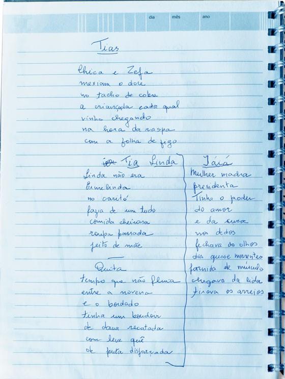 """COSTURA DO TEMPO O """"belo caderno"""" no qual Marcia Vinci passa a limpo seus poemas. Ela começou a compor versos ainda menina (Foto:  Gabriel Rinaldi)"""