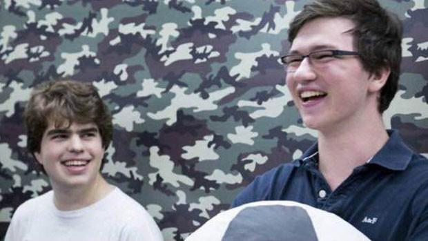Henrique (à direita) e Pedro (à esquerda) começaram uma parceria pela internet e hoje movimentam um negócio valorizado internacionalmente. (Foto: BBC)