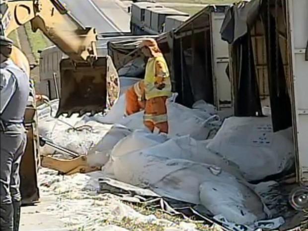 Carga de fertilizante ficou espalhada pelo local (Foto: Reprodução / TV TEM)