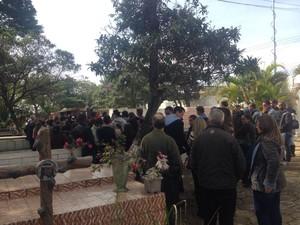 Corpo de Guilherme Mendonça de Oliveira, vítima de acidente na Mogi-Bertioga, é enterrado em Itaquaquecetuba (Foto: Carol Paes/TV Diário)