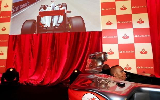 Lewis Hamilton pilota jogo da Fórmula 1 em exibição em Londres, neste ano (Foto: Getty Images)