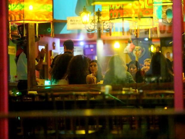 Giovanna Lancellotti e Anna Lima com amigas em restaurante na Zona Oeste do Rio (Foto: Ag. News)