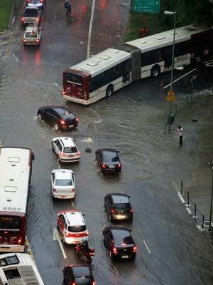Bueiro entupido é visto na avenida Nove de Julho, próximo a praça da Bandeira, sentido centro, durante forte chuva que atinge a capital paulista nesta sexta-feira.  (Foto: Foto: Nelson Antoine/Fotoarena /Folhapress)