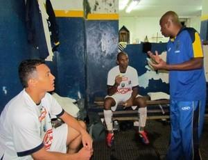 Edmilson de Jesus conversa com os jogadores do São Carlos (Foto: Rovanir Frias/ AI São Carlos)