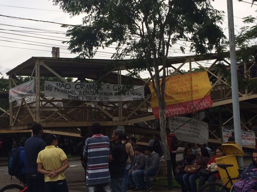 Manifestantes na Vila Santa Cecília, em Volta Redonda (Foto: TV Rio Sul/ Cristiane Mendes)