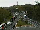 Caminhões se envolvem em batida e congestionam a Serra, em Piraí, RJ