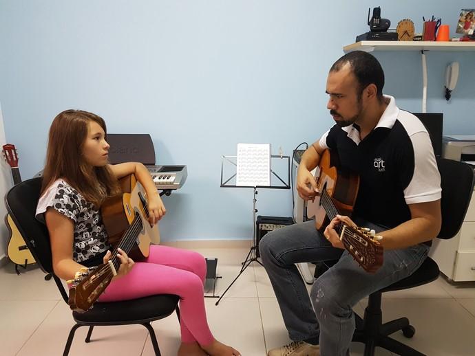 Isa Pagnota ensaiando com o pai, Rinaldo de Paula, na escola de música da família, em Valinhos (SP) (Foto: Arquivo Pessoal )