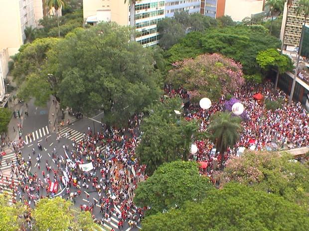 Segundo a Polícia Militar, às 17h, cinco mil pessoas participavam do ato em Belo Horizonte (Foto: Reprodução/TV Globo)