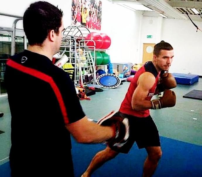 Podolski mostra treinamento em recuperação de lesão (Foto: Reprodução / Facebook)