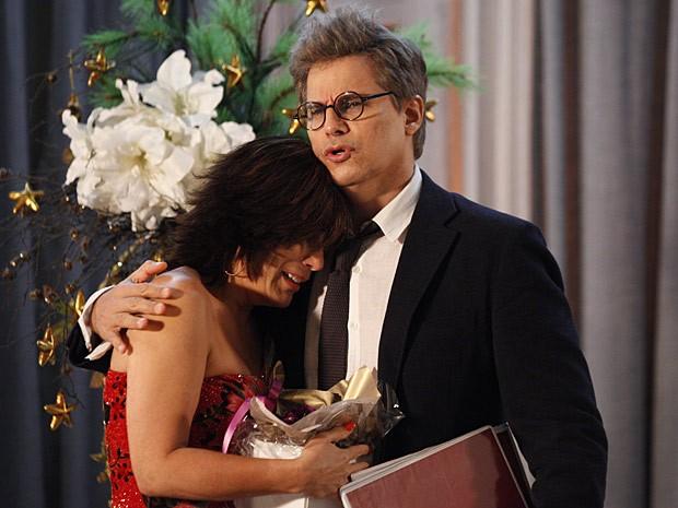 Felipe não pode ver mulher chorando... Ele acaba consolando Roberta (Foto: Guerra dos Sexos / TV Globo)