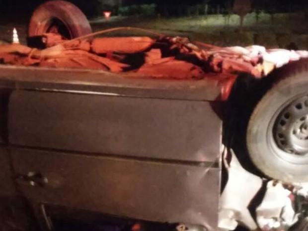Carro bateu no último compartimento de um caminhão canavieiro  (Foto: Monte Aprazível Notícias)