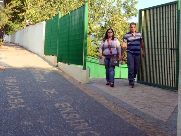 Pais de jovem saindo de Diretoria de Ensino em Piracicaba (Foto: Fernanda Zanetti/G1)