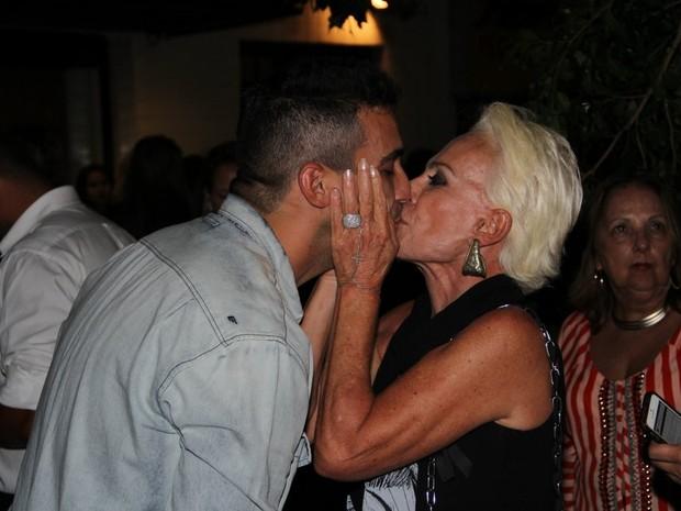 André Marques ganha beijo de Ana Maria Braga em evento no Rio (Foto: Rodrigo dos Anjos/ Ag. News)