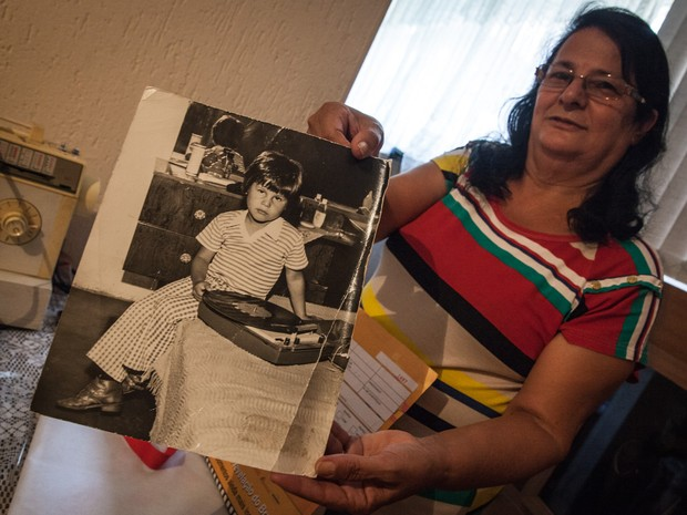 Mãe de Dinho mostra foto do vocalista quando criança (Foto: Fábio Tito/G1)