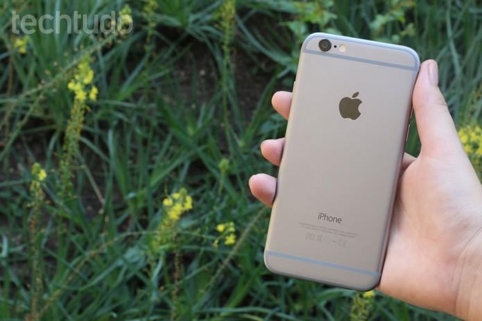 iPhone 6 oferece um design metálico mais elegante, fino e leve do que concorrente da Motorola (Foto: Lucas Mendes/TechTudo) (Foto: iPhone 6 oferece um design metálico mais elegante, fino e leve do que concorrente da Motorola (Foto: Lucas Mendes/TechTudo))