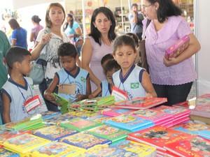 Estudantes escolhem livros no Salão do Livro do Piauí (Foto: Gilcilene Araújo/G1)