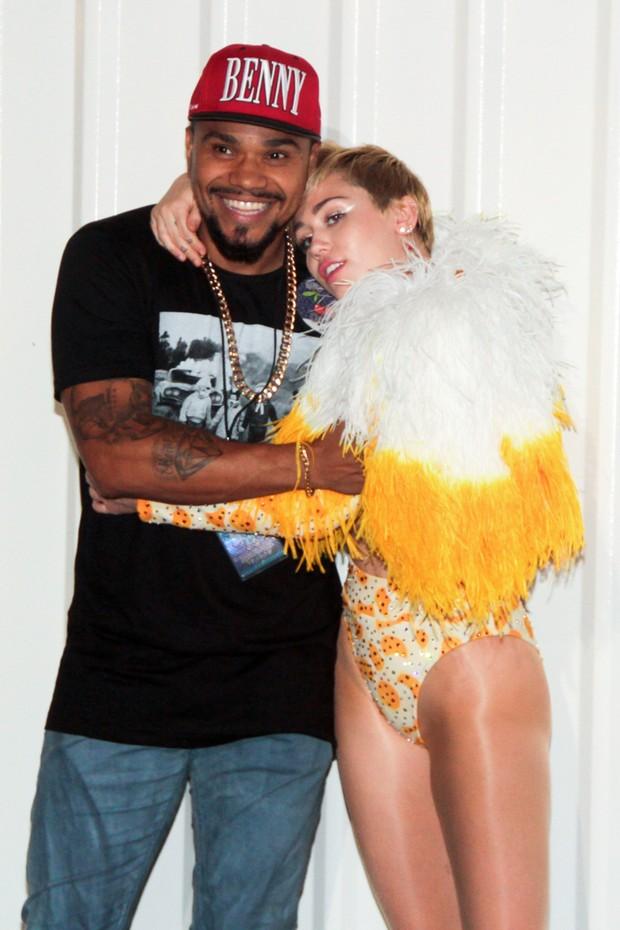 Naldo e Miley Cyrus em bastidores de show da cantora no Rio (Foto: Néstor J. Beremblum/ Foto Rio News)