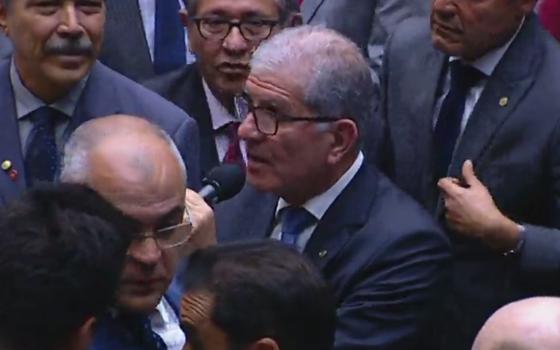 Ao microfone, deputado federal Chico D'Ângelo (PT-RJ) vota contra Michel Temer (Foto: Reprodução)