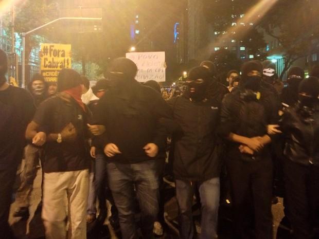 Na Avenida Rio Branco, black blocks puxam cerca de 200 manifestantes (Foto: Priscilla Souza / G1)