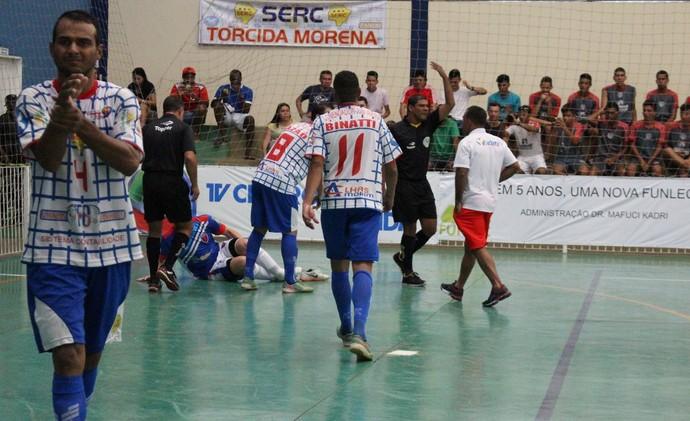 Lenísio, caído em quadra: lesão grave tira craque do Jaciara da final (Foto: TV Morena)
