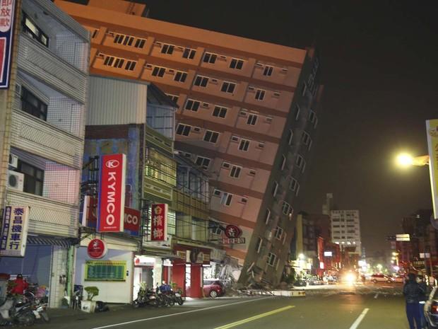 Prédio na cidade de Tainan ficou inclinado nesta sexta-feira (5) após terremoto em Taiwan (Foto:  REUTERS/Stringer )