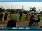 Homem empina moto em avenida e atropela pedestre em MT; veja vídeo