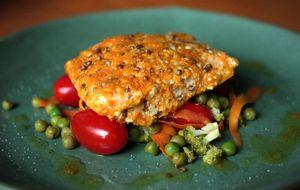 Salmão marinado com legumes salteados