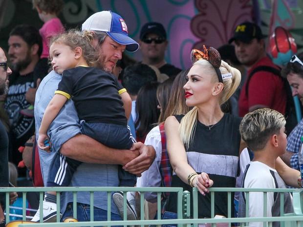 Blake Shelton com Kingston no colo, Gwen Stefani e Apollo em parque em Anaheim, na Califórnia, nos Estados Unidos (Foto: AKM-GSI/ Agência)