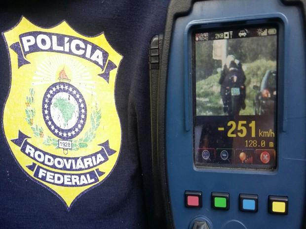 Motociclista é flagrado a 251 km/h em rodovia do RS (Foto: Divulgação/PRF)