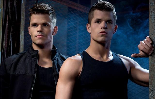 Charlie com o irmão gêmeo, Max (Foto: Reprodução)