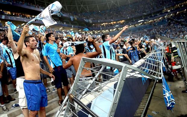 torcida do Grêmio quebra Arena na comemoração (Foto: AFP)
