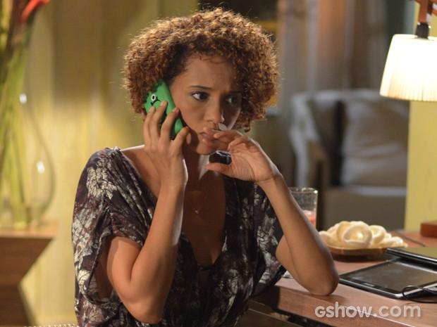 Verônica fica tensa em conversa com sua chefe Débora (Foto: Camila Serejo/TV Globo)
