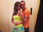 Mayra Cardi posa de sainha abraçada com o marido: 'Partiu academia'