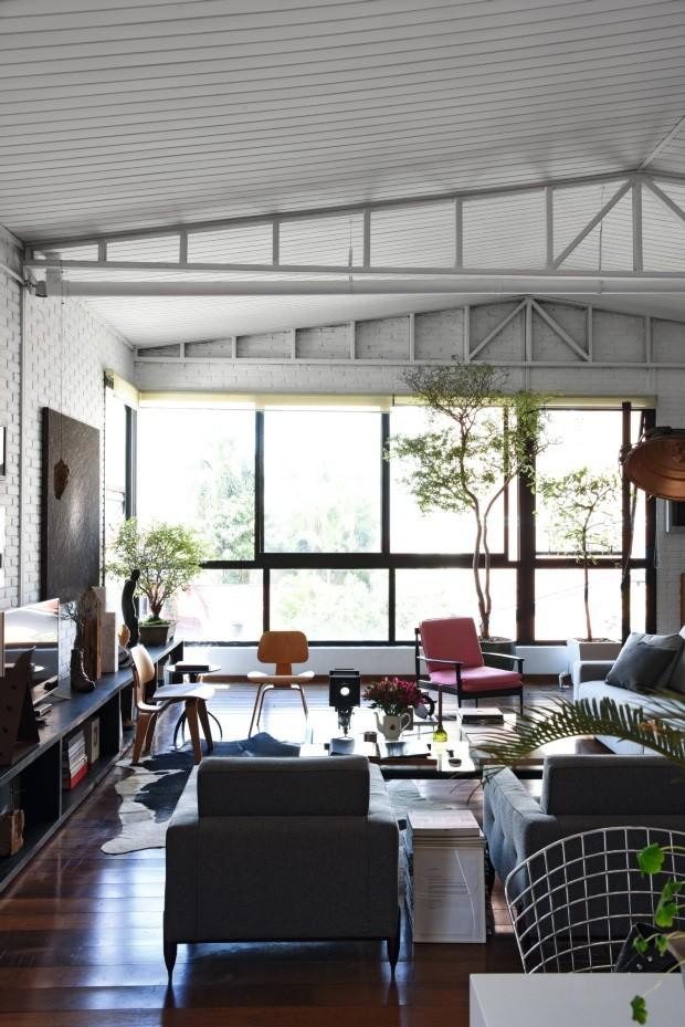 Living. Com quase 10 m de comprimento, o aparador se estende por toda a sala de estar. As poltronas LCW, de Charles e Ray Eames, foram compradas na Alemanha (Foto: Rômulo Fialdini / Editora Globo)